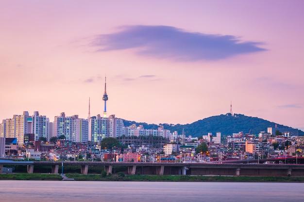 Han river à noite en seul torre atrás, seul, coreia do sul. Foto Premium