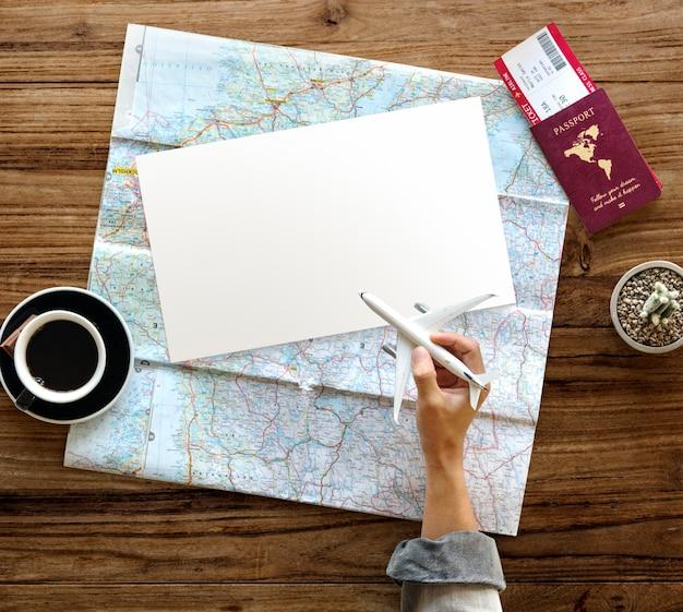 Hand hold toy plane viagem mapa do bilhete de passaporte Foto Premium