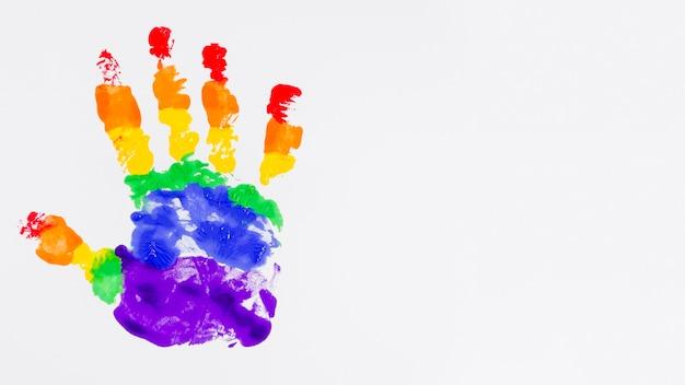 Handprint com as cores da bandeira do orgulho Foto gratuita