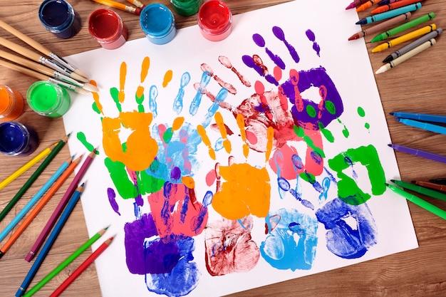 Handprints pintados com equipamentos de última geração Foto gratuita