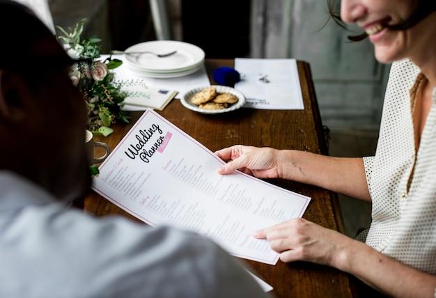 Hands holding wedding planner checklist informação preparação Foto Premium