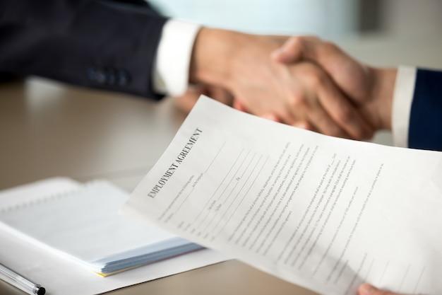 Handshaking chefe e oferta de contrato de trabalho Foto gratuita