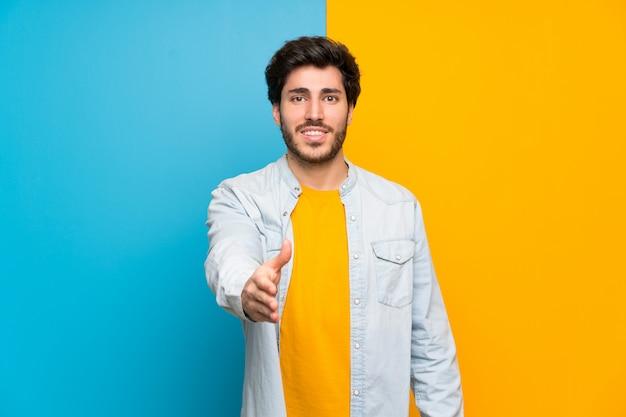 Handsome apertando as mãos para fechar um bom negócio Foto Premium