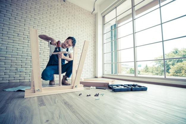 Handyman está montando a mesa. Foto Premium