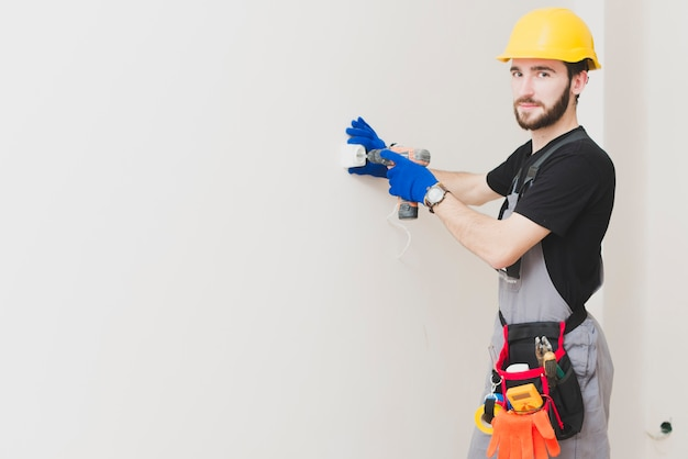 Handyman instalando um plugue Foto gratuita