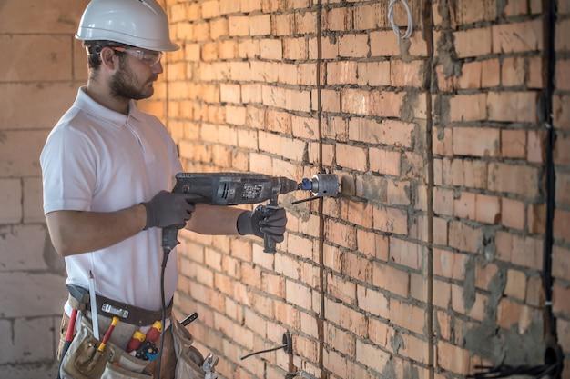Handyman usa britadeira para instalação Foto gratuita