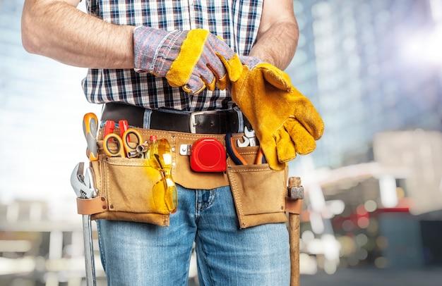 Handyman usando luvas Foto Premium