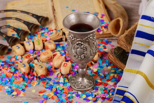 Hanukkah menorah de dreidels em ambiente rústico Foto Premium