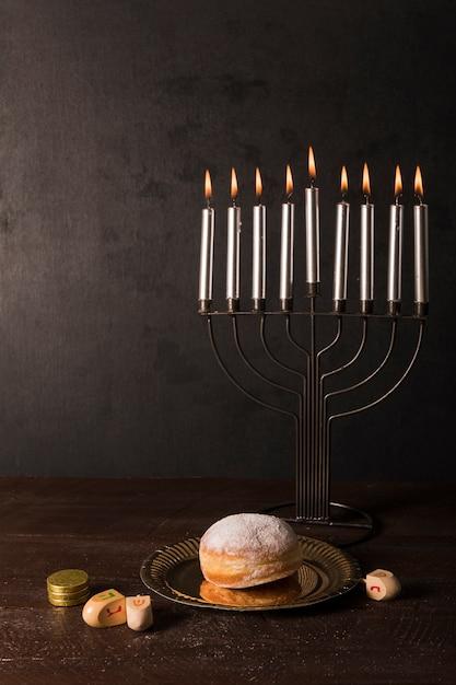 Hanukkah símbolos na mesa Foto gratuita