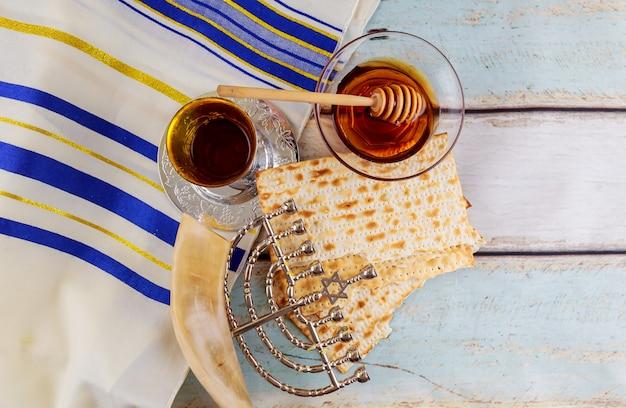 Hanukukah judaico do feriado com menorá tradicional Foto Premium