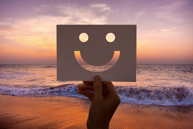 Happines alegre papel perfurado carinha sorridente Foto gratuita