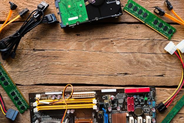Hardware de computador em uma maquete de fundo de madeira Foto Premium