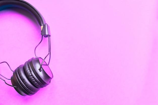 Headohones em fundo rosa Foto Premium