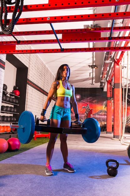 Hex dead lift shrug bar mulher deadlifts no ginásio Foto Premium