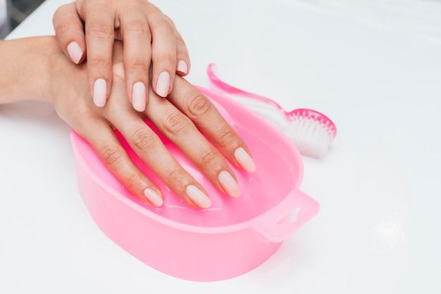 Higiene das unhas e cuidados com os dedos mantidos na água Foto gratuita
