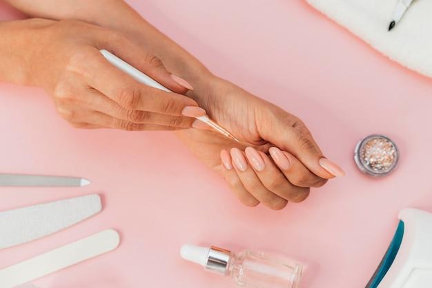 Higiene das unhas e vista superior do cuidado Foto gratuita