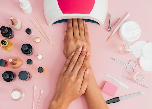 Higiene e cuidado das unhas secando o esmalte Foto gratuita