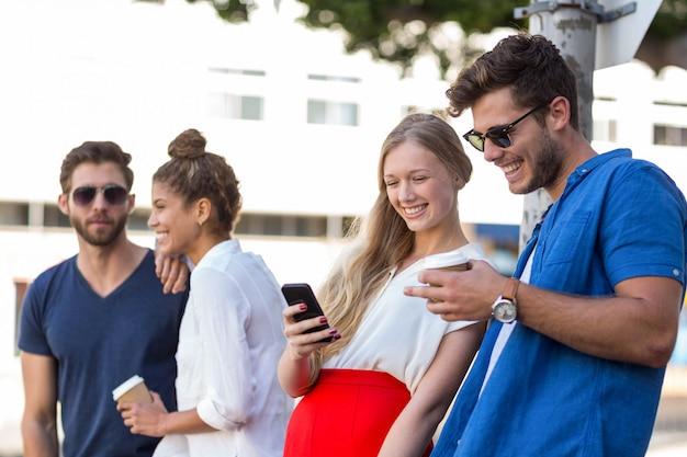 Hip amigos a passar tempo juntos ao ar livre Foto Premium