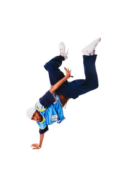 Hip-hop jovem fazendo movimento legal no fundo branco Foto gratuita