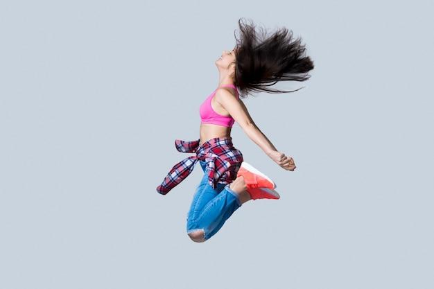 Hip hop salto de dançarino Foto gratuita