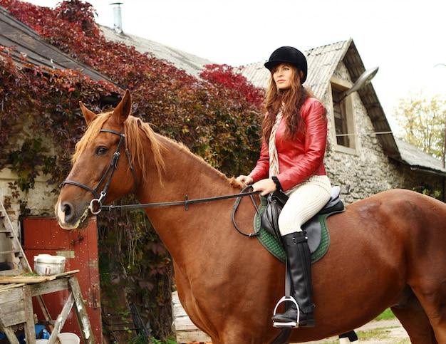 Hipismo feminino, montando um cavalo Foto gratuita