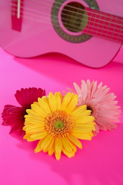 Hippie flor gerbera rosa amarela na guitarra Foto Premium