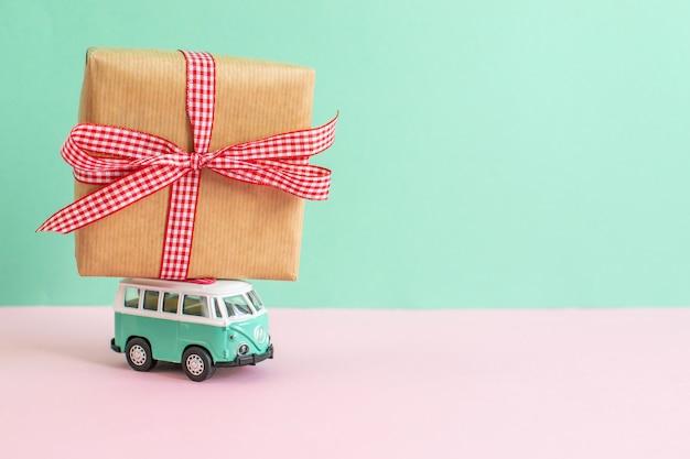 Hippie ônibus com presente de natal de ano novo no telhado em miniatura carro pequeno banner festa tema Foto Premium