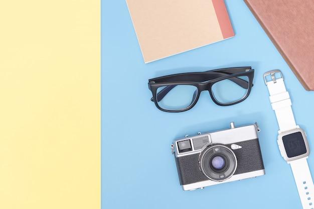 Hipster blogger viagem objetos no espaço cópia rosa amarelo azul para cartaz e banner Foto Premium