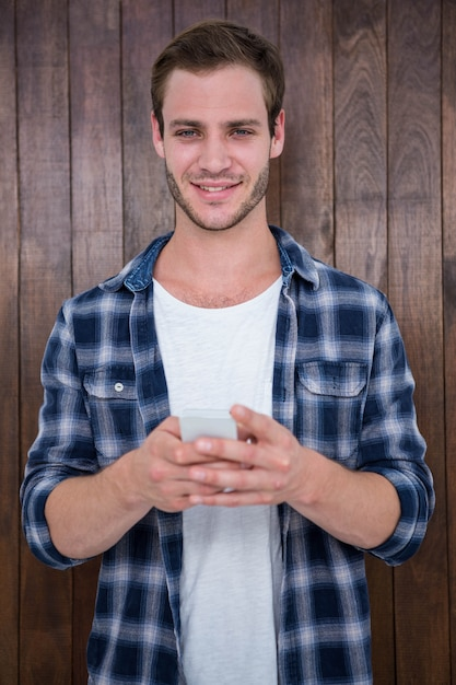 Hipster bonito olhando para smartphone Foto Premium