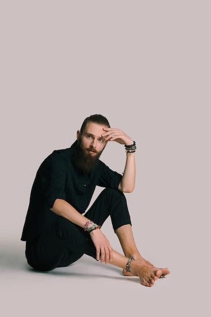 Hipster estilo homem barbudo Foto gratuita