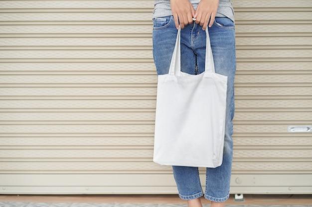 Hipster mulher segurando sacola branca Foto Premium