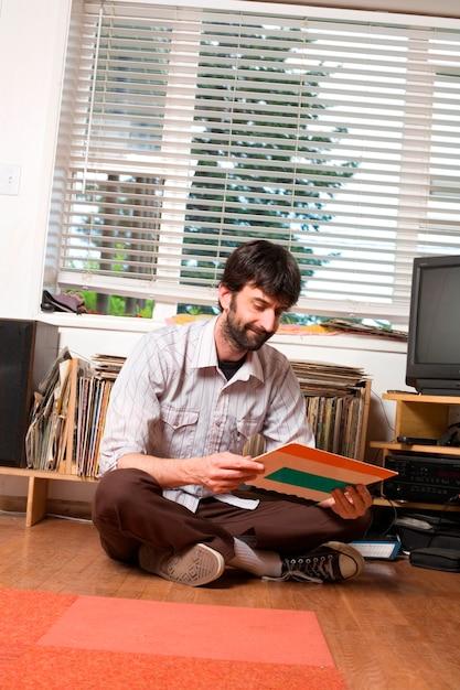 Hipster urbano jovem com coleção de registro Foto Premium