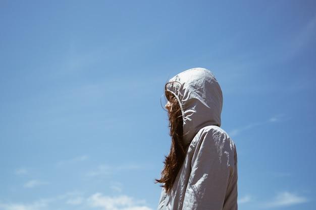 Hodeed menina pensativa de perfil Foto Premium