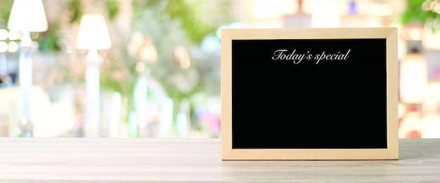 Hoje cardápio especial no restaurante, espaço emoldurado de giz preto em branco placa de madeira Foto Premium