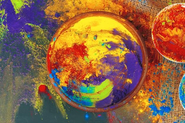 Holi festival indiano cores em pequenas tigelas em fundo escuro Foto Premium