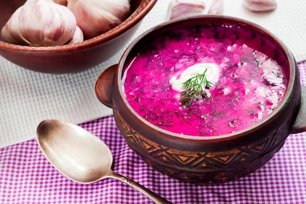 Holodnik - sopa de beterraba fria tradicional da lituânia (russo, ucraniano, bielorrusso, polonês) Foto Premium