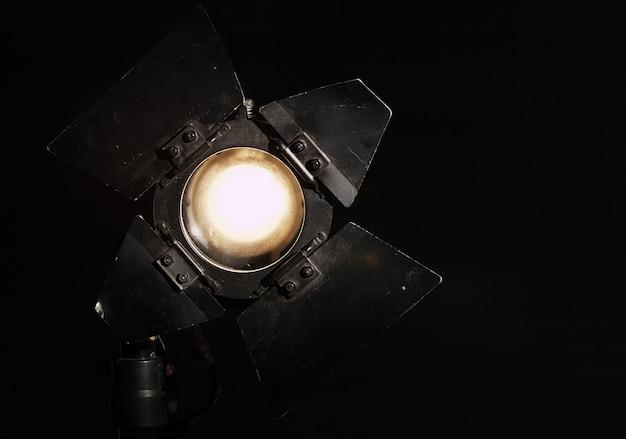Holofote de estúdio em fundo preto Foto Premium