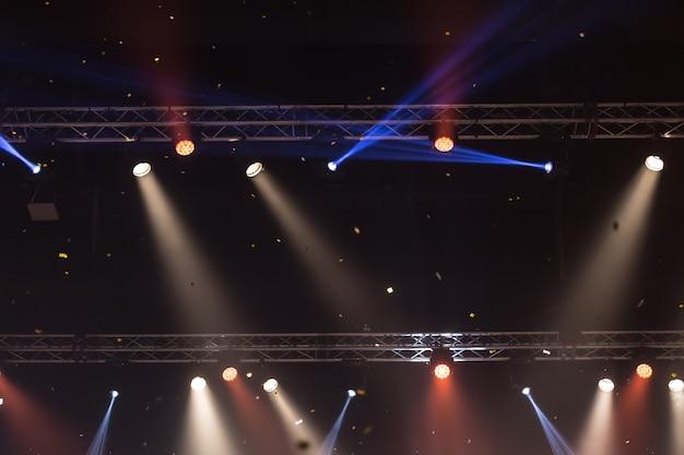 Holofotes de palco com raios laser. fundo de iluminação de concerto Foto Premium