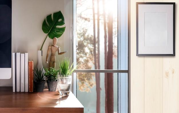 Home office com computador desktop, livros e planta de casa Foto Premium