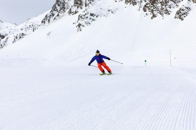 Homem a esquiar nas pistas de esqui Foto Premium