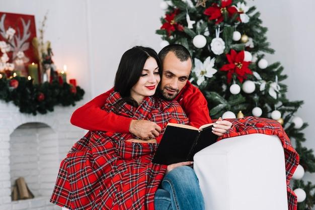 Homem, abraçar, mulher, com, livro Foto gratuita