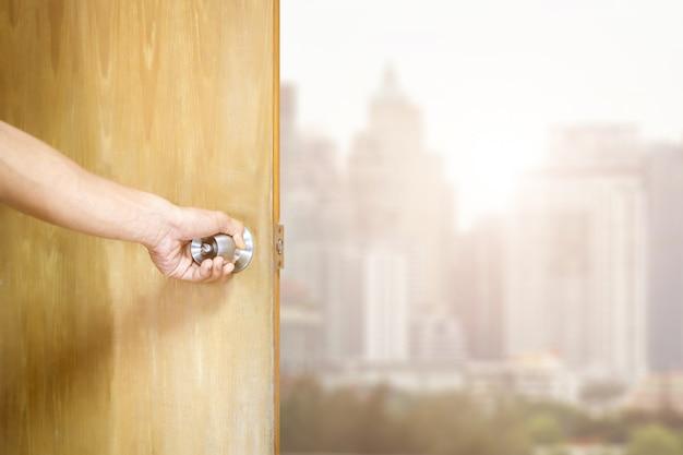 Homem, abrindo porta Foto Premium