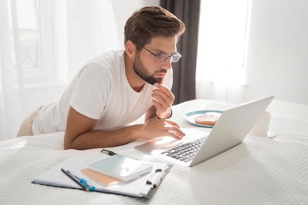 Homem adulto casual gostando de trabalhar em casa Foto gratuita