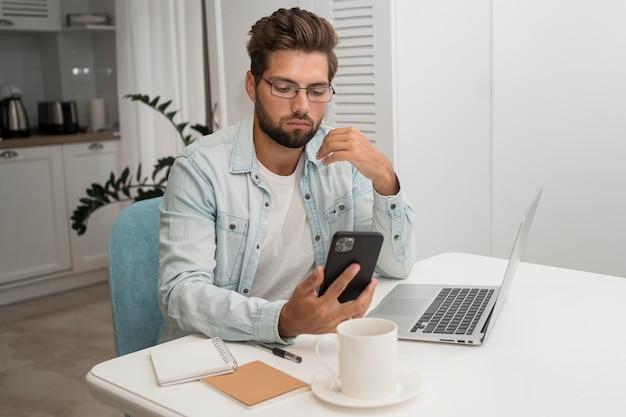 Homem adulto casual trabalhando em casa Foto gratuita