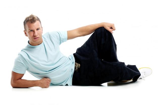 Homem adulto com uma camisa posando no estúdio Foto gratuita