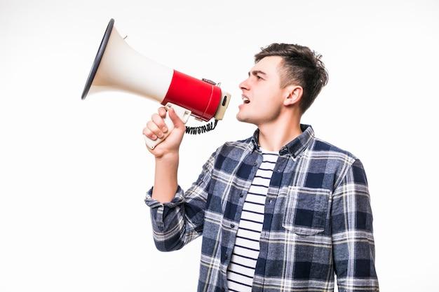 Homem adulto mantém vermelho com megafone branco e conversa Foto gratuita