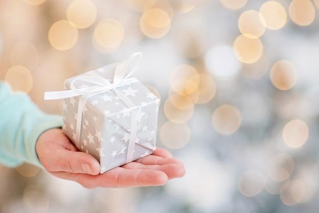 Homem adulto tem em sua caixa de mão com presente Foto Premium