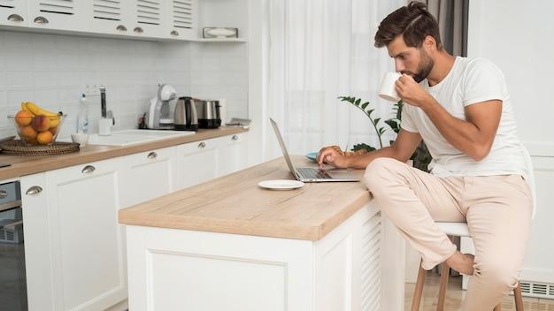 Homem adulto trabalhando casualmente em casa Foto gratuita