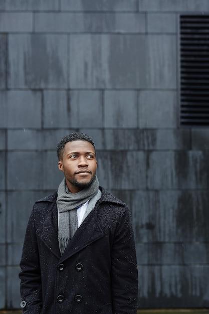 Homem africano bonito ao ar livre Foto gratuita