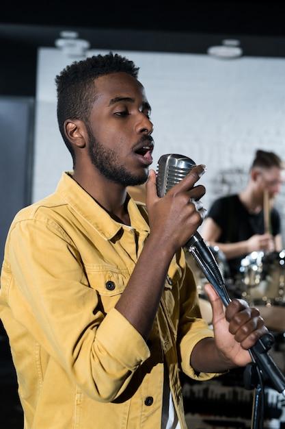 Homem africano, cantando Foto Premium